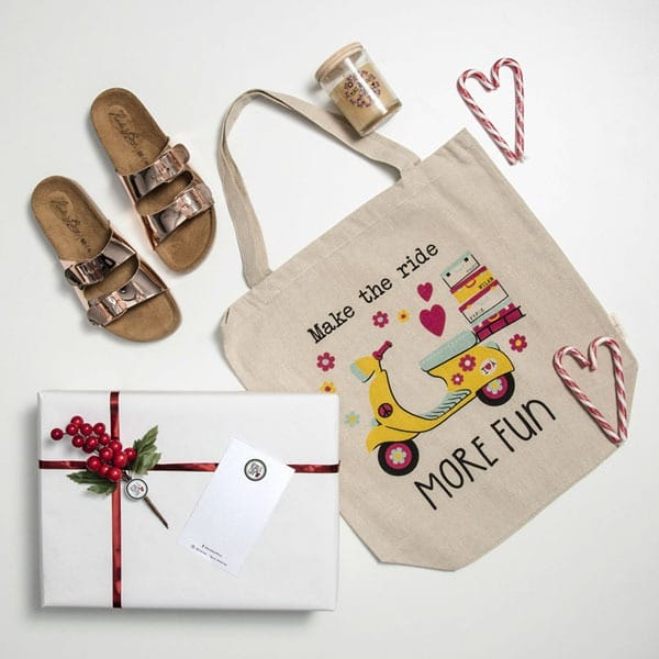 Sandalias, bolsa y vela