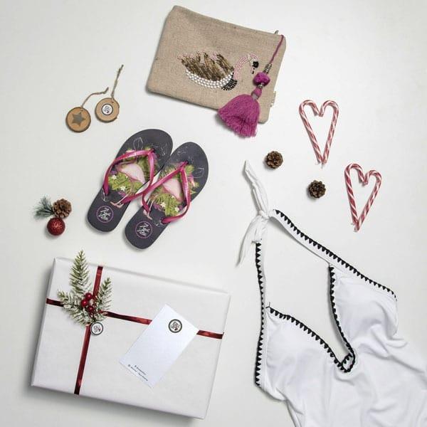 Bikini con chanclas y bolso de mano